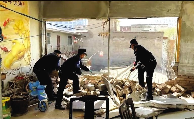 七里河城管拆除两处违法建设